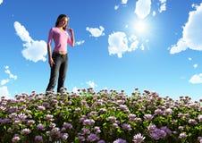 Vrouw op bloeiend gebied Stock Afbeelding