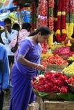 Vrouw op bloem, fruit & plantaardige markt, Bangalore Royalty-vrije Stock Fotografie