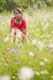 Vrouw op bloemgebied Royalty-vrije Stock Foto's