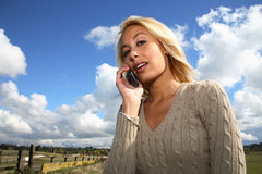 Vrouw op cellphone stock fotografie