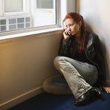 Vrouw op cellphone. Stock Afbeelding