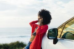 Vrouw op cellphonevraag tijdens ontspannende autoreis aan de kust royalty-vrije stock foto