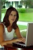 Vrouw op Computer stock fotografie