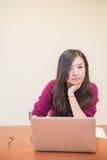 Vrouw op computer Stock Afbeelding