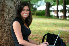 Vrouw op Computer stock afbeeldingen