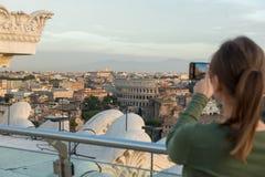 Vrouw op dak in Rome stock afbeelding
