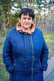 Vrouw op de achtergrond van het bos Stock Foto