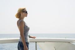 Vrouw op de boot stock foto's