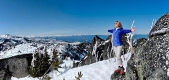 Vrouw op de Bovenkant van de Berg stock foto's