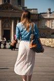Vrouw op de brug van Kunsten in Parijs royalty-vrije stock afbeeldingen