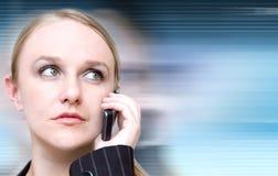 Vrouw op de celtelefoon over technologieachtergrond royalty-vrije stock afbeeldingen