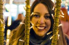 Vrouw op de feestelijke Kerstmismarkt bij nacht Gelukkige vrouw die stedelijke Kerstmis voelen vibe bij nacht Royalty-vrije Stock Fotografie