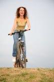 Vrouw op de fiets Stock Foto's