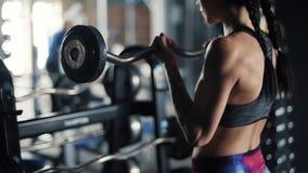 Vrouw op de gymnastiek stock footage