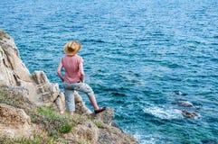 Vrouw op de heuvel dichtbij het overzees Royalty-vrije Stock Afbeelding