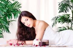 Vrouw op de massagelijst Royalty-vrije Stock Afbeelding