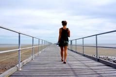 Vrouw op de Pier van Germein van de Haven Stock Fotografie