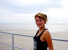 Vrouw op de Pier van Germein van de Haven Stock Afbeelding