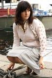 Vrouw op de pijler Stock Foto