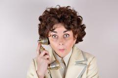 Vrouw op de retro telefoon Stock Afbeeldingen