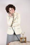 Vrouw op de retro telefoon Royalty-vrije Stock Afbeeldingen