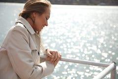 Vrouw op de rivier Stock Foto's