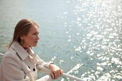 Vrouw op de rivier Royalty-vrije Stock Foto's