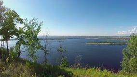 Vrouw op de rotsachtige Bank van de Volga rivier Slowmotion stock video