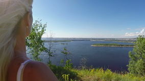 Vrouw op de rotsachtige Bank van de Volga rivier Slowmotion stock videobeelden