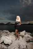 Vrouw op de rotsen Royalty-vrije Stock Afbeeldingen