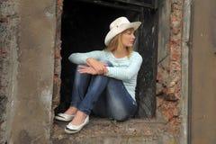 Vrouw op de ruïnes royalty-vrije stock afbeelding
