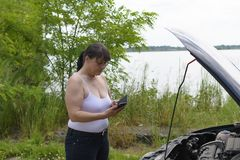 Vrouw op de telefoon bij de auto Stock Fotografie