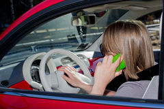 Vrouw op de telefoon in de auto Royalty-vrije Stock Fotografie
