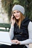 Vrouw op de Telefoon en Laptop Stock Afbeelding