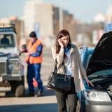 Vrouw op de telefoon na autoneerstorting Stock Foto's