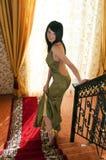 Vrouw op de treden Stock Fotografie