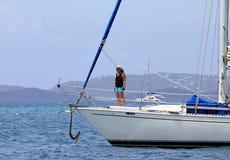 Vrouw op de varende boot in BVI stock afbeelding