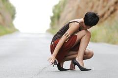Vrouw op de weg Royalty-vrije Stock Foto's