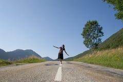 Vrouw op de weg Stock Foto's