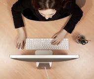 Vrouw op de werkplek Stock Afbeeldingen
