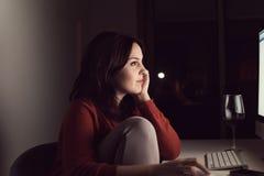 Vrouw op Desktop royalty-vrije stock foto's