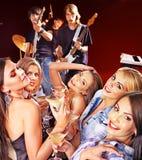 Vrouw op disco in nachtclub. Stock Afbeelding