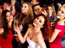 Vrouw op disco in nachtclub. Stock Foto