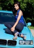 Vrouw op een auto stock afbeelding