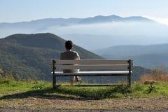 Vrouw op een bank in bergen, Griekenland Royalty-vrije Stock Foto