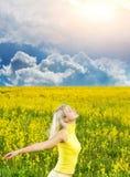 Vrouw op een bloemgebied Royalty-vrije Stock Afbeeldingen