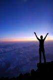 Vrouw op een bovenkant van een berg Royalty-vrije Stock Foto