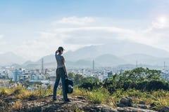 Vrouw op een bovenkant van een heuvel Stock Foto's