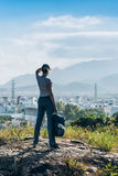 Vrouw op een bovenkant van een heuvel Royalty-vrije Stock Afbeeldingen