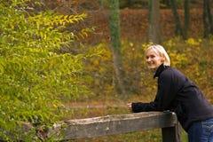 Vrouw op een brug Stock Foto's
